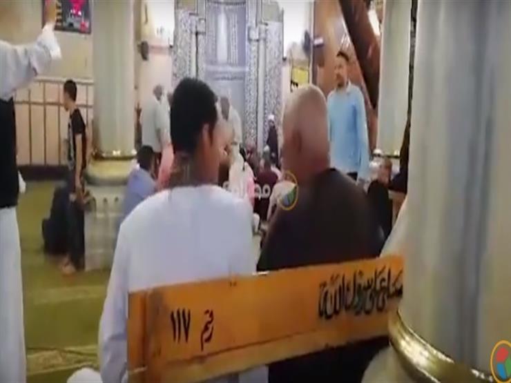 المئات يحيون ذكرى الإسراء و المعراج بمسجد الحسين