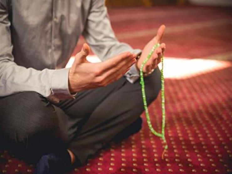 ما حكم رفع اليدين للدعاء في خطبة الجمعة؟.. مجدي عاشور يجيب