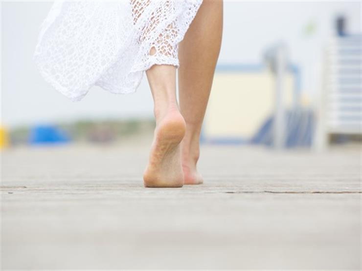 تمشي حافية القدمين لمدة 3 سنوات.. والسبب