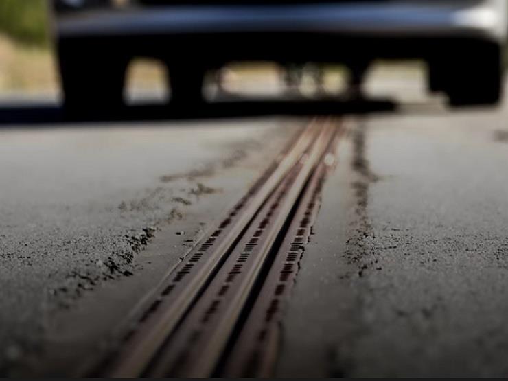 """السويد """"تُكهرب"""" الطرق سعيًا نحو الاعتماد على سيارات بدون وقود (فيديو)"""