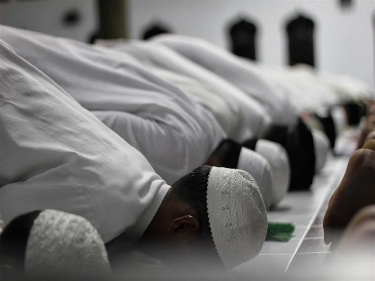 """حكم الصلاة بالجوانتي وهل كشف اليدين واجب؟.. """"البحوث الإسلامية"""" يجيب"""
