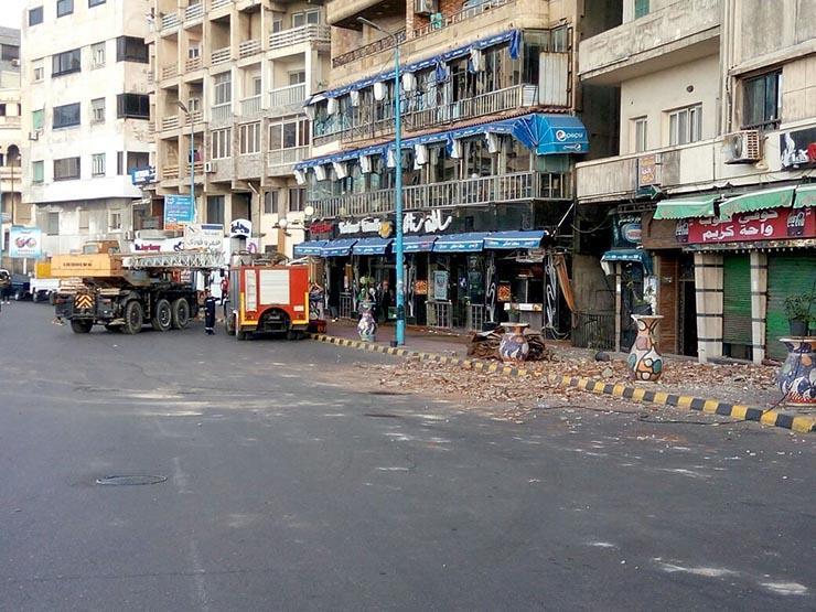 قتلت سائقًا وأعاقت الكورنيش.. لحظة سقوط لوحة إعلانات الإسكندرية (فيديو)