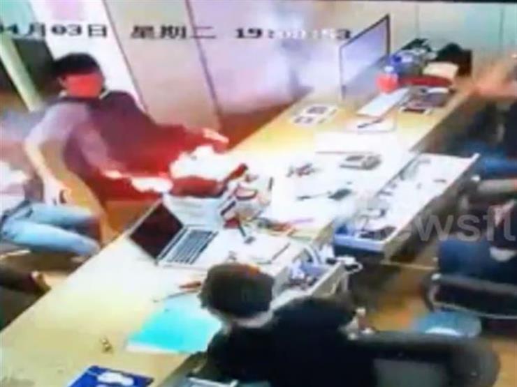 فيديو  لحظة انفجار هاتف  آيفون  في يد صاحبته...مصراوى