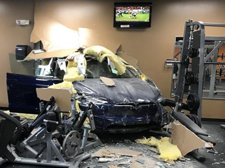 """بعد حادث كاليفورنيا المميت.. سيارة لـ""""تيسلا"""" تقتحم صالة ألعاب رياضية"""