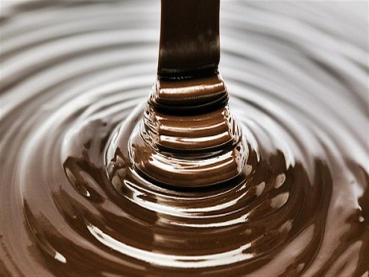 """بالفيديو- """"نهر من الشيكولاتة"""" يعترض طريقًا سريعًا...هكذا تعامل معه المارة"""
