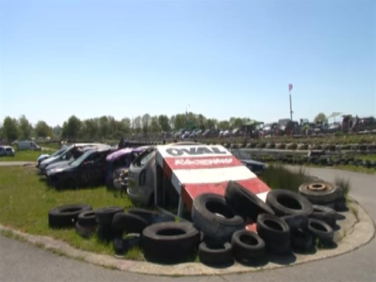 """""""القفز فوق الحطام"""".. سباق سيارات بريطاني يجذب الآلاف  (فيديو)"""