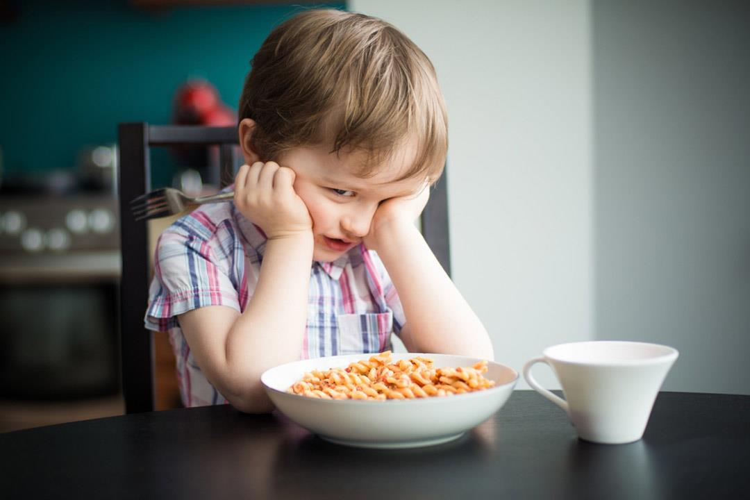 مضاعفات صحية ونفسية لإجبار طفلك على تناول طعامه