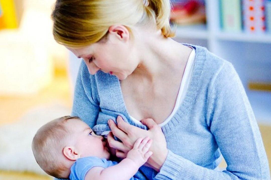 الجمع بين الصيام والرضاعة خطر في هذه الحالات