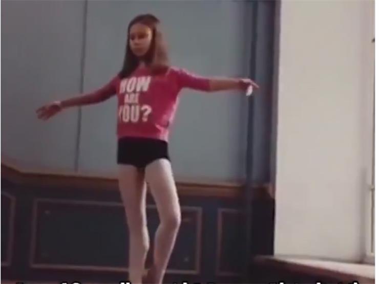 فيديو مذهل- طفلة تقف بأصابع قدميها على كرة التوازن