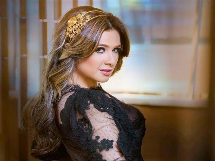 """صورة.. ياسمين عبدالعزيز في كواليس """"الملكة"""""""