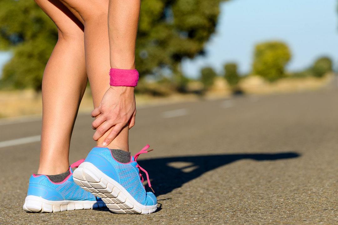 ما دور العلاج الطبيعي في التخلص من الشوكة العظمية بالقدم؟