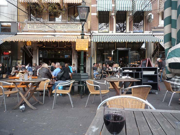 صاحب مقهى يشترط على الزبائن التحدث بالهولندية