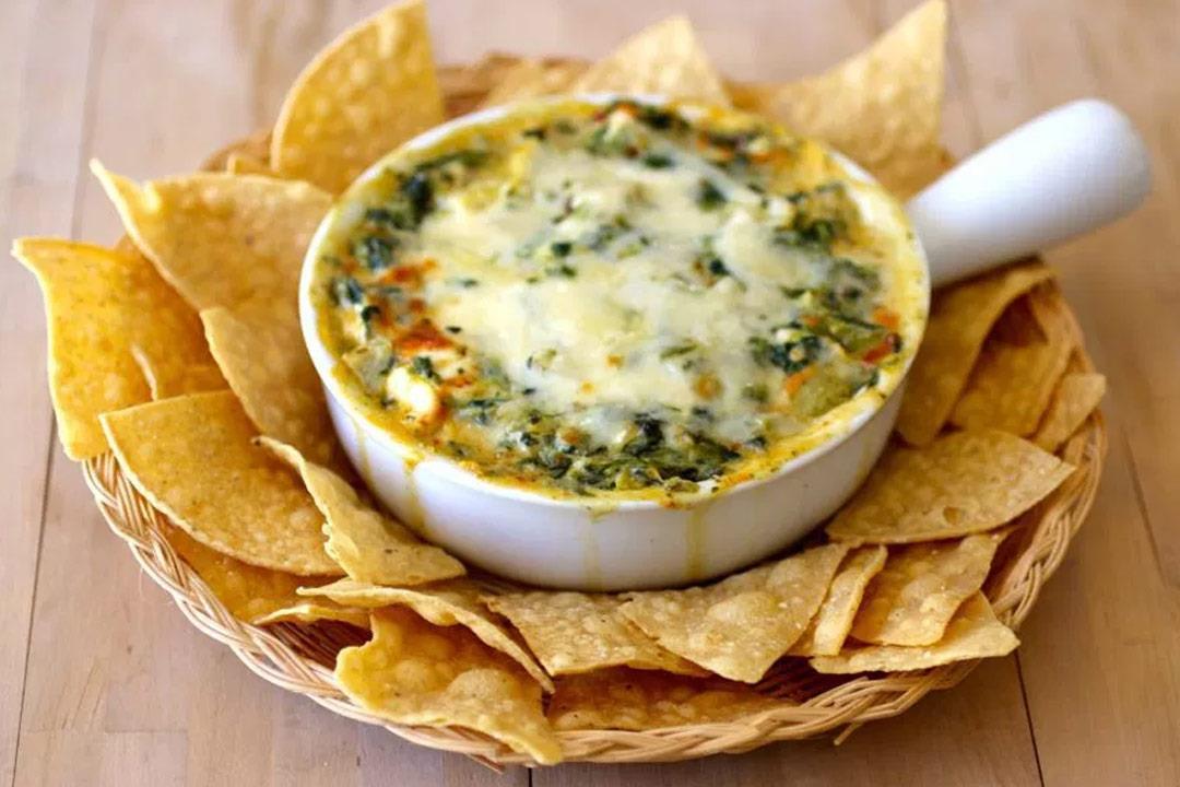 سبانخ بالجبن مع الخبز المقرمش.. لذيذة وتقوي العظام