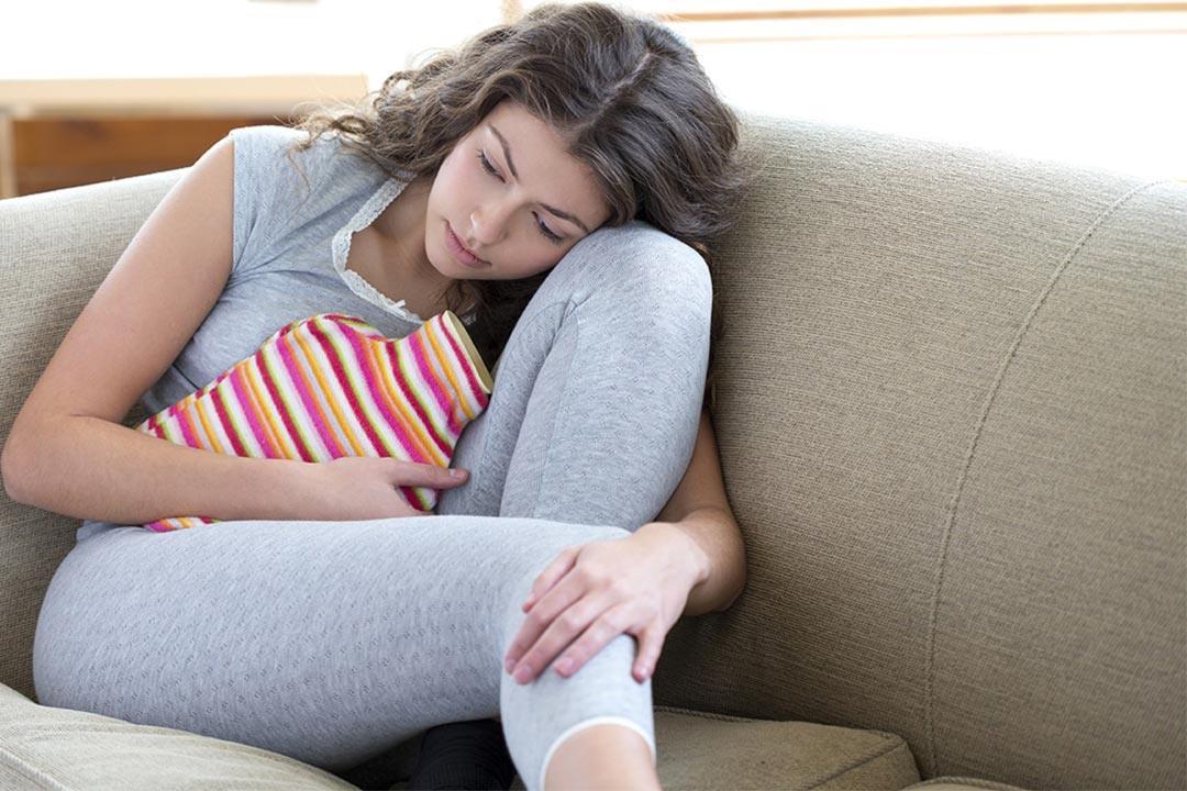 أسباب تشنجات البطن والإفرازات المهبلية.. تجنبي مخاطرها