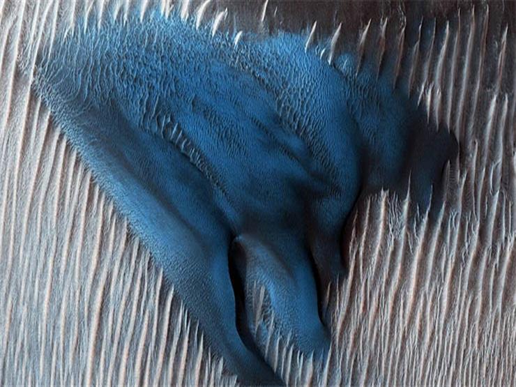 ناسا تنشر صورة مذهلة لكثبان رملية زرقاء على سطح الكوكب الأحم...مصراوى