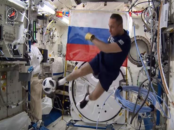 """بالفيديو .. روسيان يحتفلان بـ""""كأس العالم"""" في الفضاء"""