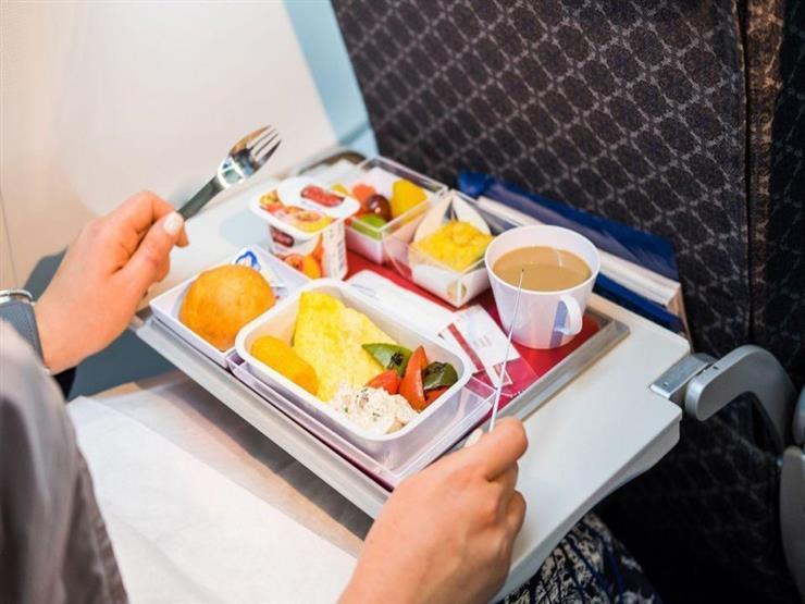 اتبع هذه الحيلة إذا لم يعجبك مذاق الطعام في الطائرة