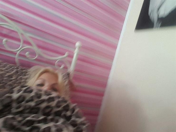 سيدة بريطانية تُفاجأ بتصويرها وهي نائمة بمفردها في المنزل
