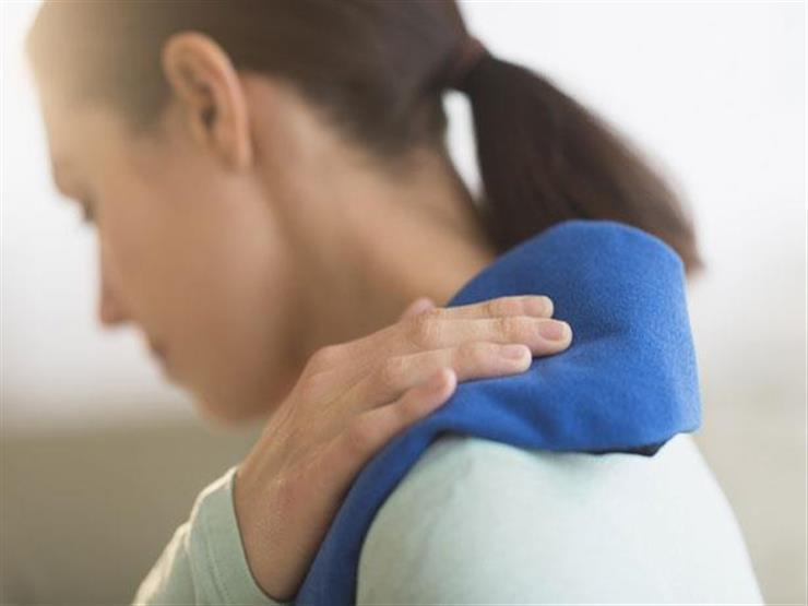 """5 علامات تدل على نقص فيتامين """"د"""" في جسمك.. منها تعرق الرأس"""