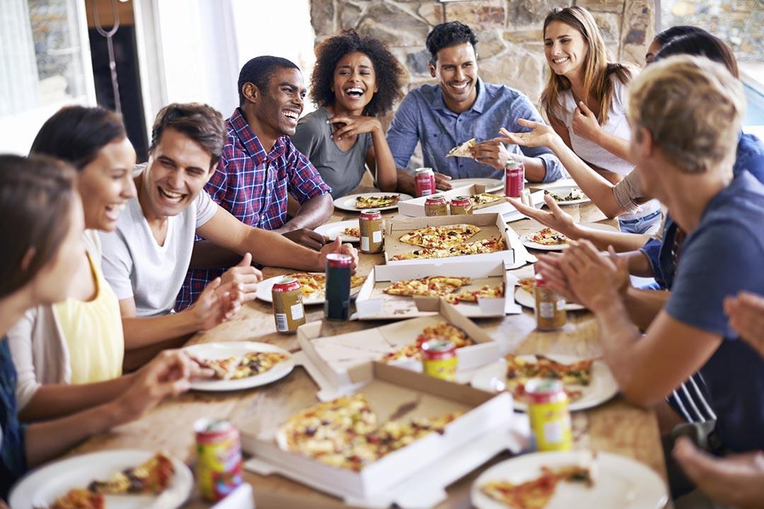 فوائد نفسية لتناول الطعام في مجموعات.. تعرف عليها
