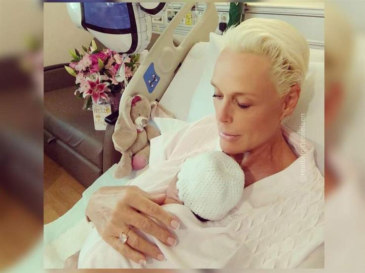 ممثلة دنماركية تثير الجدل بإنجابها وهي في سن الرابعة والخمسين