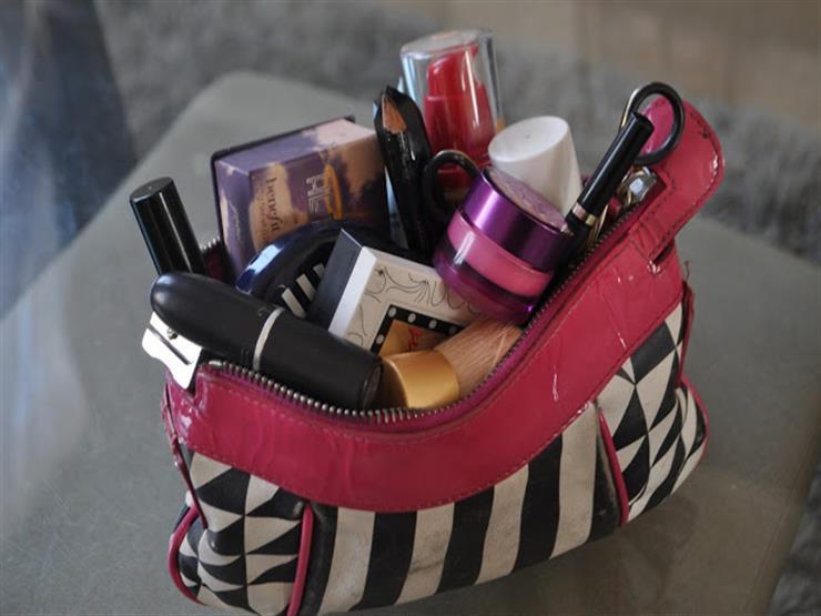 7 طرق بسيطة لترتيب حقيبة مكياجك أثناء السفر