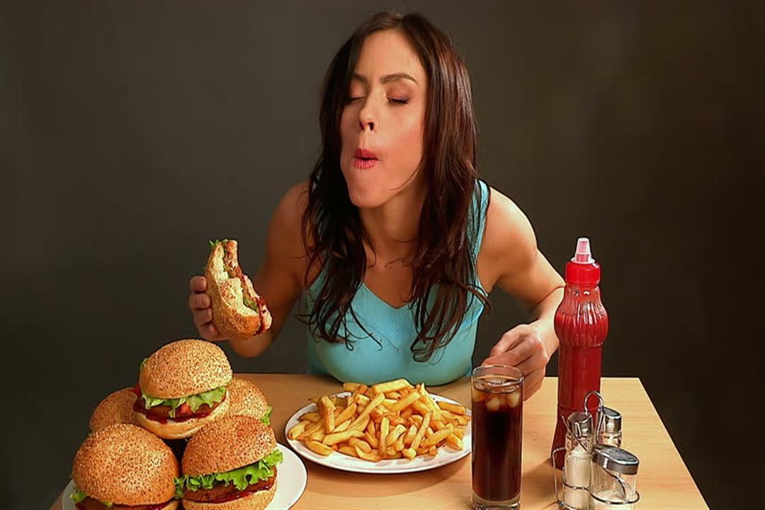 10 عادات شائعة تسبب مشكلات صحية.. (انفوجراف)