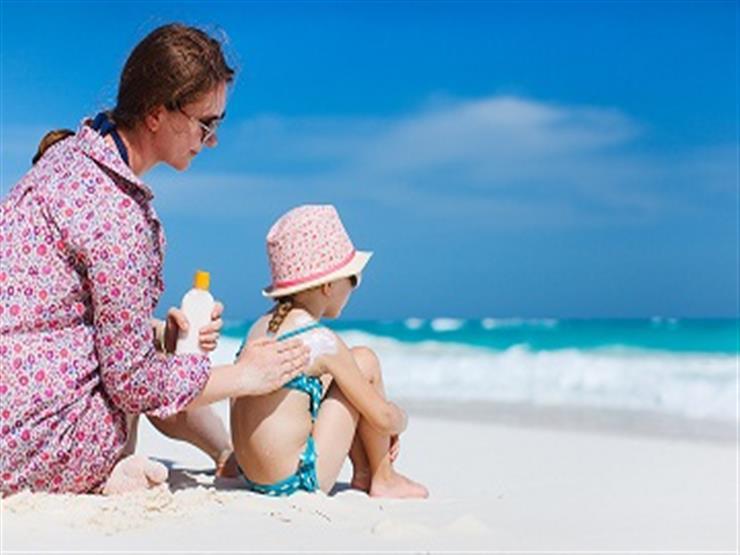 4 نصائح تحمي بها طفلك من الإصابة بضربات الشمس على الشاطيء