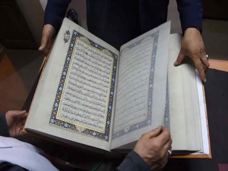تقليب صفحات المصحف أثناء الصلاة.. تعرف على الحكم من الإفتاء