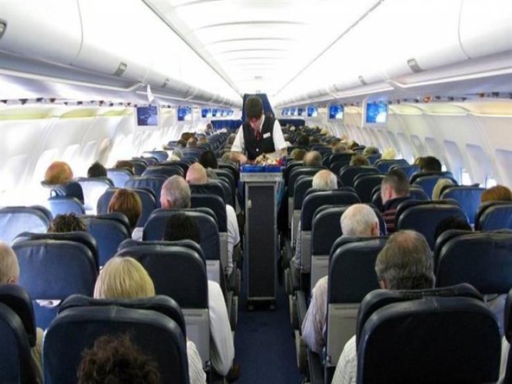 بالفيديو- طيار يفاجئ الركاب بالغناء لهم على متن الطائرة.. والسبب