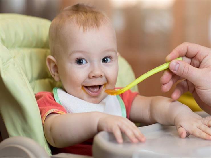 ما هو العمر المناسب لتقديم الطعام الصلب لرضيعك؟