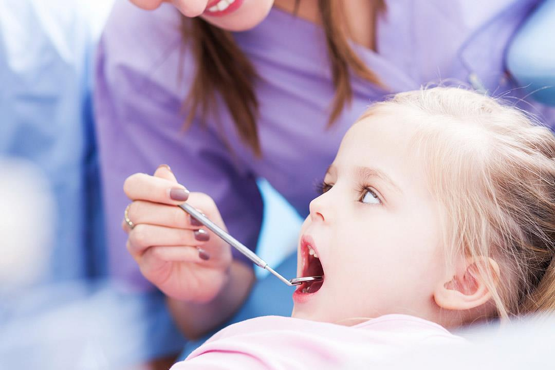 هل يؤذي طفلك أسنانه بوضع إصبعه في فمه؟