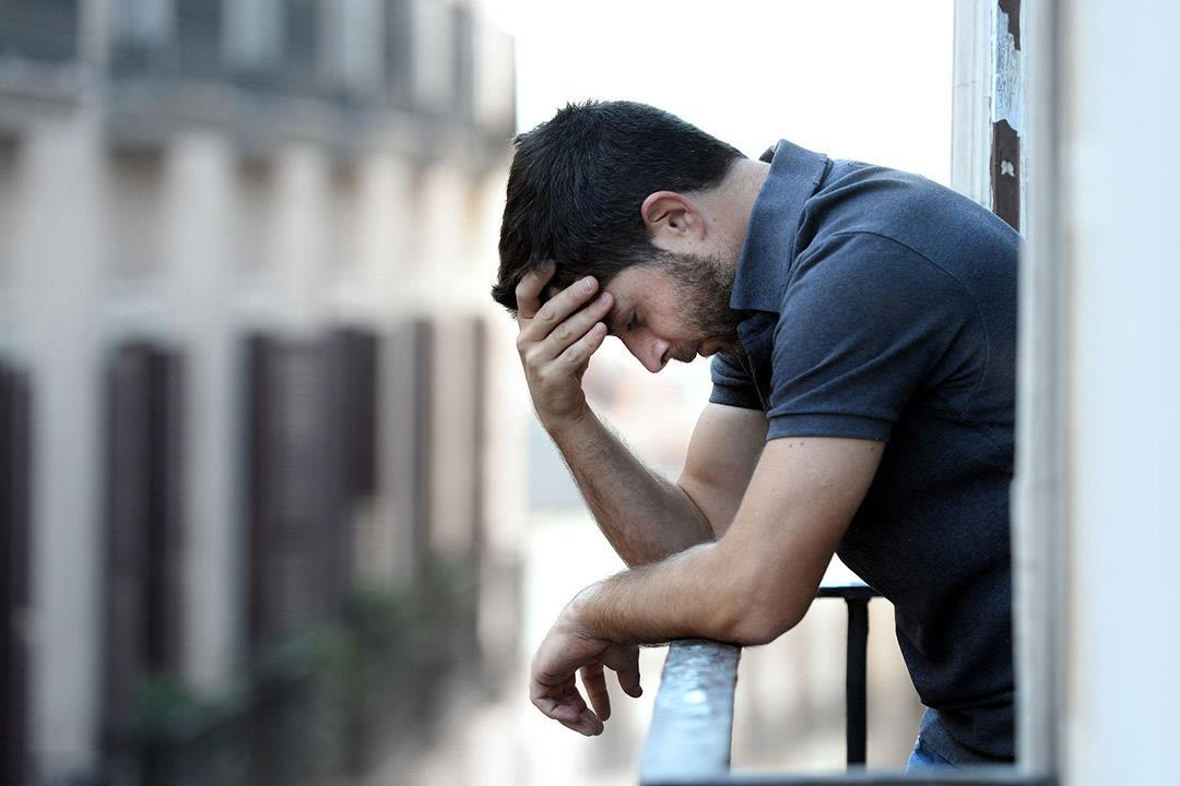 علامات تحذيرية.. كيف تنقذ شخصا يفكر في الانتحار؟
