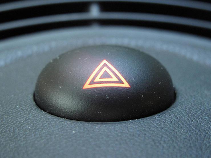 """متى يجب تشغيل الأضواء التحذيرية بالسيارة؟ """"خبراء يجيبون"""""""