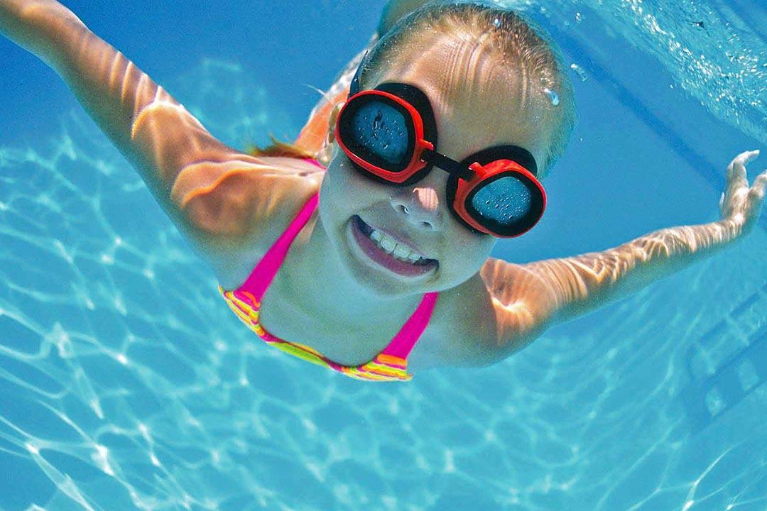 هكذا تحمي عينيك من أضرار مياه حمام السباحة