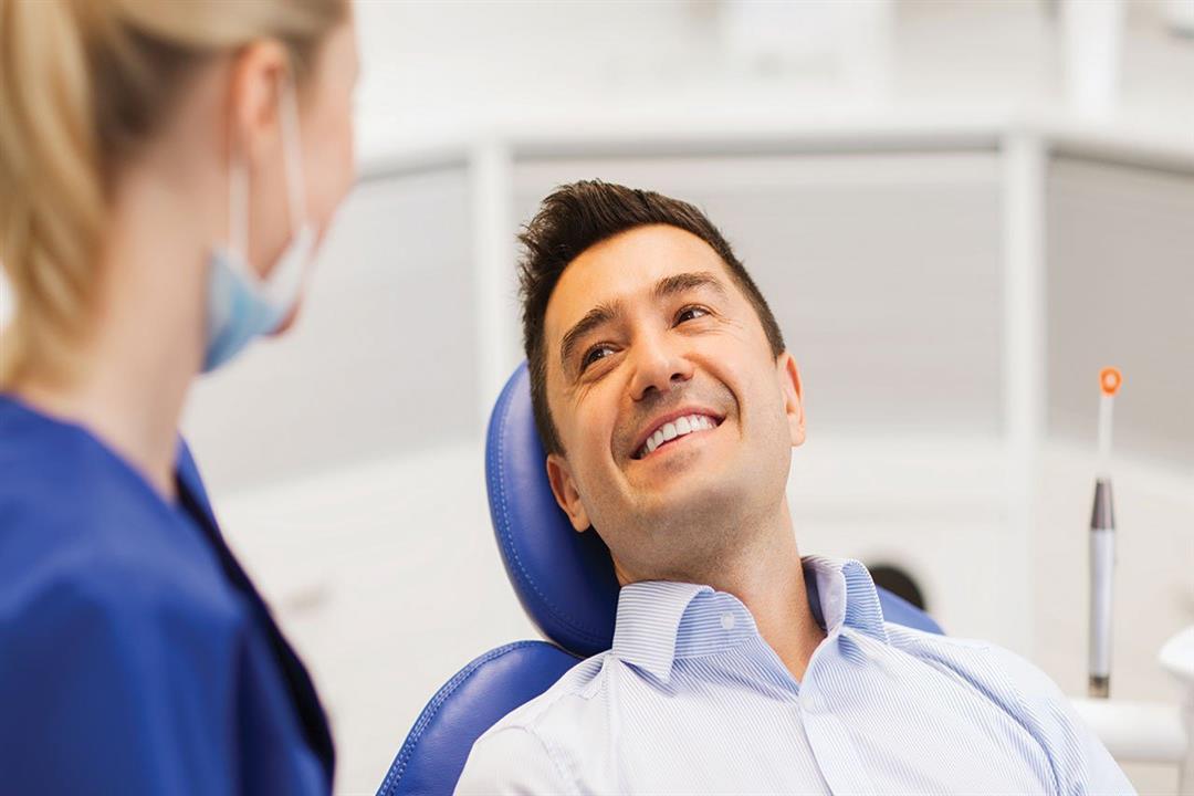 قص اللثة يخلصك من الابتسامة اللثوية.. هذه آثاره الجانبية