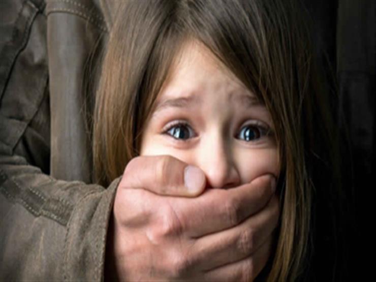 بالفيديو-رجل يخطف طفلًا في وضح النهار.. بهذه الطريقة