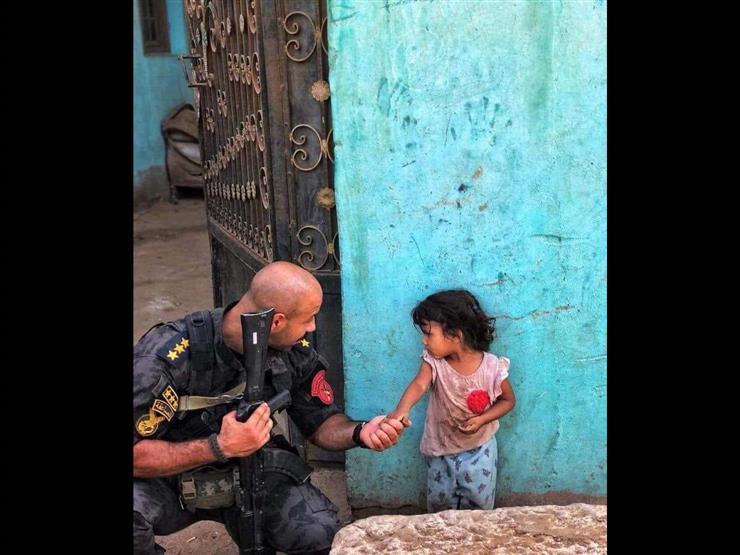 قصة صورة الضابط وطفلة تاجر المخدرات: عندما غلبت الإنسانية الميري