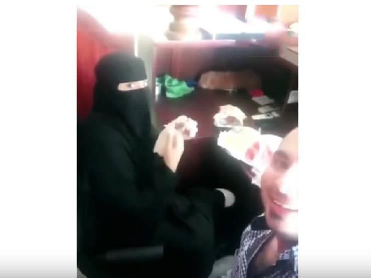 بعد إيقاف الوافد المصري.. السعودية تقبض على زميلته التي أفطر معها