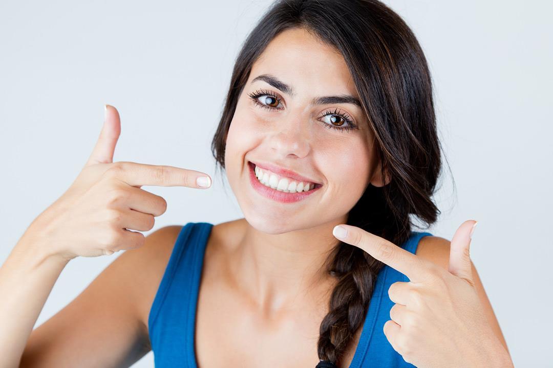 6 طرق لتبييض الأسنان تسبب مشكلات صحية