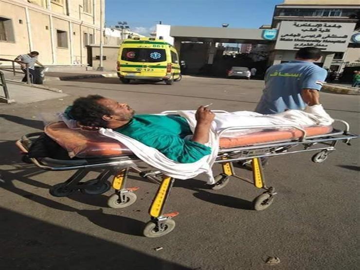 """طب الإسكندرية: صورة تدخين مريض على """"ترولي"""" الإسعاف مسيئة.. ووقف معاون المستشفى"""