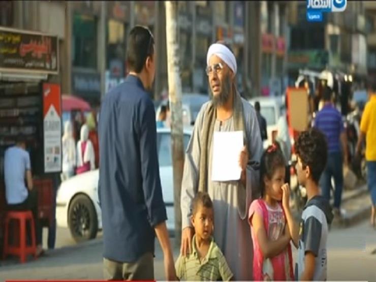 """عبد المغني يجسد شخصية رجل فقير يبيع أطفاله في الشارع بـ""""عقارب الساعة"""""""