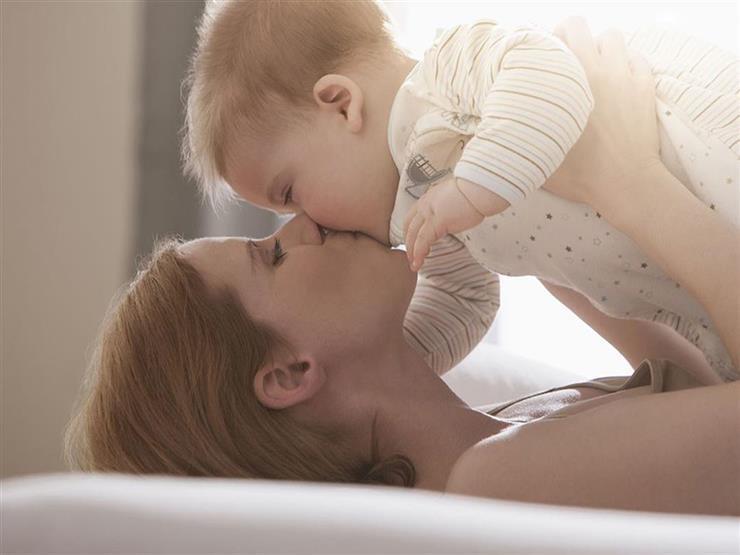 أم تسرد قصة مرعبة عن خطورة تقبيل الرضع