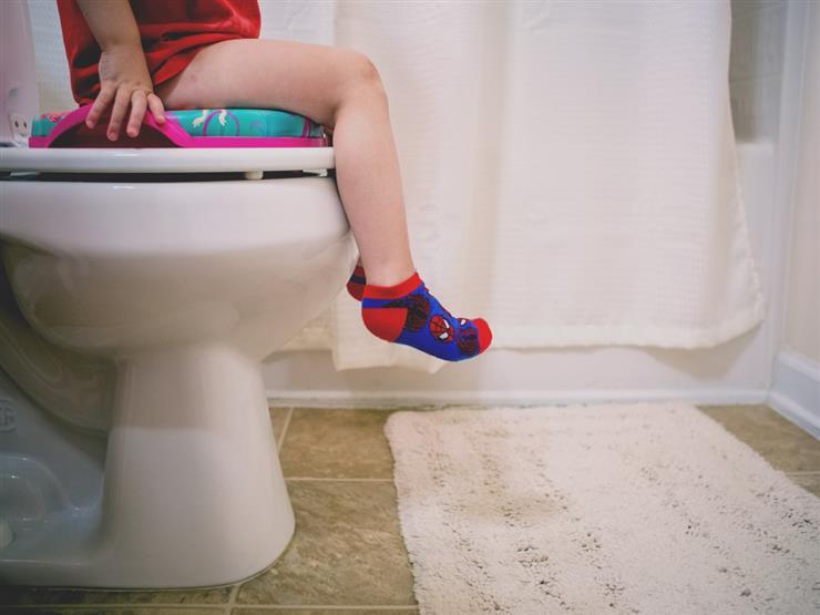 استعدادًا لدخول المدرسة.. 8 نصائح اتبعيها لتعويد طفلك على دخول الحمام