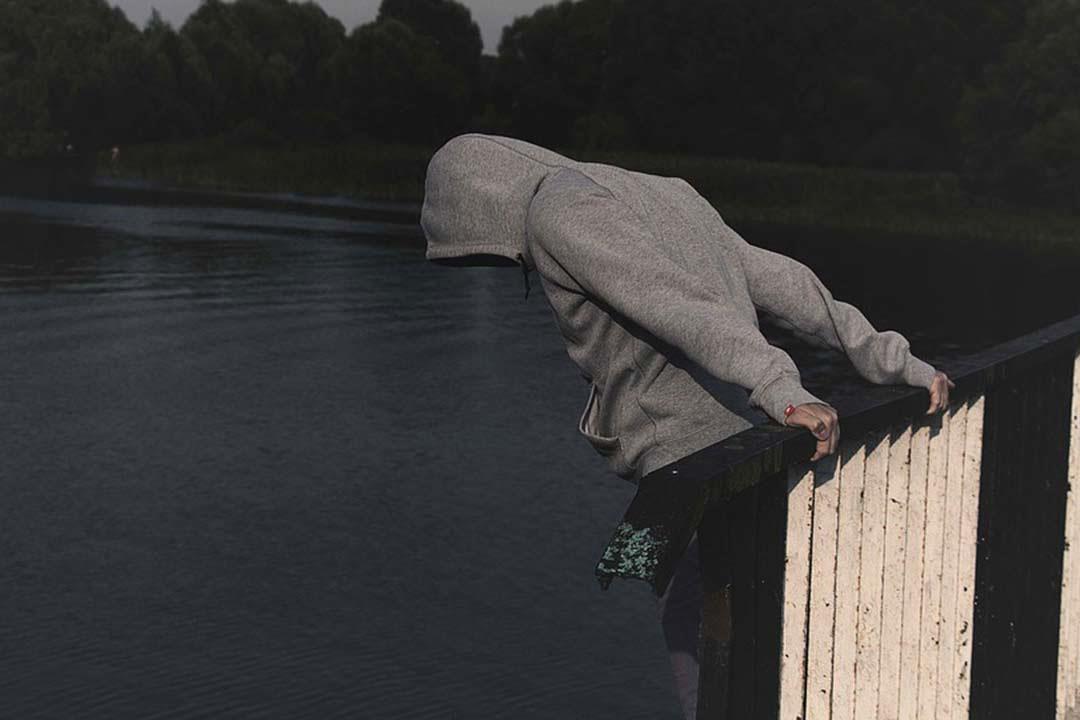 الضغوط النفسية تصنع شخصيات انتحارية.. هذه سماتها