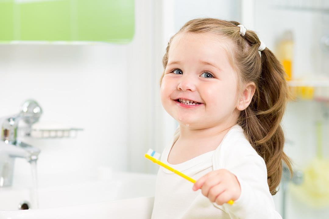 أنواع وتأثيرات تصبغات الأسنان اللبنية عند الأطفال