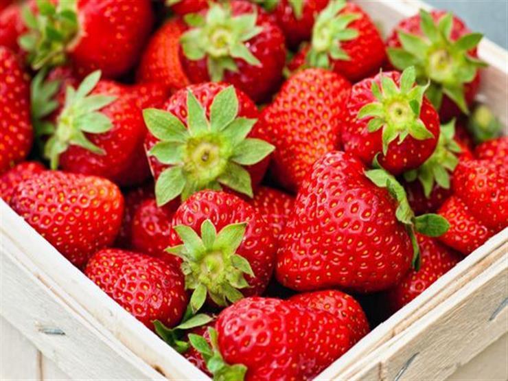 """""""إرهابي الأغذية"""".. سحب كميات فراولة بسبب """"وضع إبر خياطة"""" بها: قطعوها قبل الأكل"""