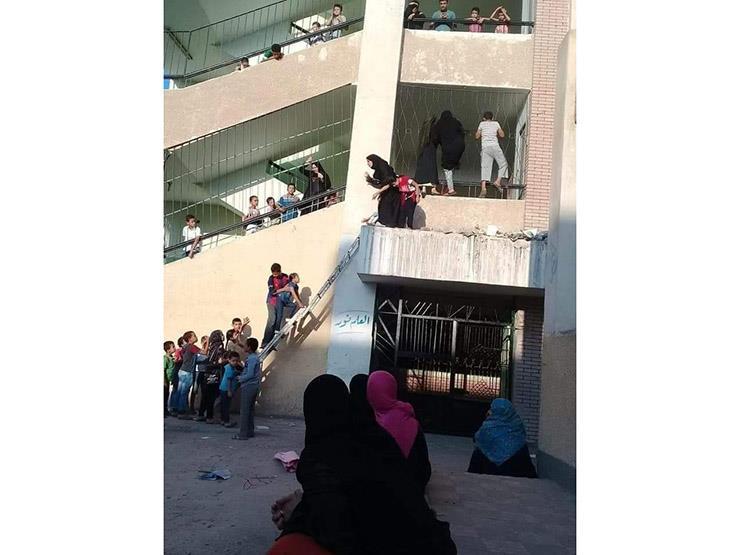 """أمهات يتسلقن أسوار مدرسة.. وثعبان طوله """"متر"""" مفاجأة التلاميذ بالمعمل - صورة"""