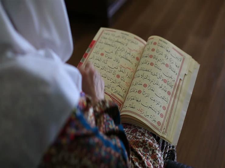 هل يجب على المرأة ارتداء الحجاب وهي تقرأ القرآن؟