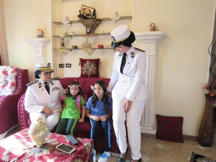 تقديراً لتضحيات آبائهم.. ضباط شرطة يرافقون أبناء الشهداء للمدارس (فيديو)